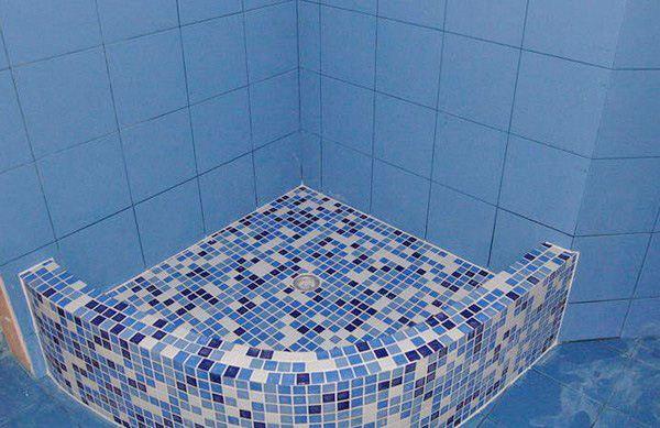 мозаика на бортиках и плитка на стенах смотрится гармонично