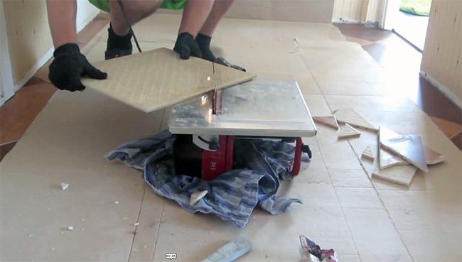 резать плитку электрически плиткорезом нужно с осторожностью