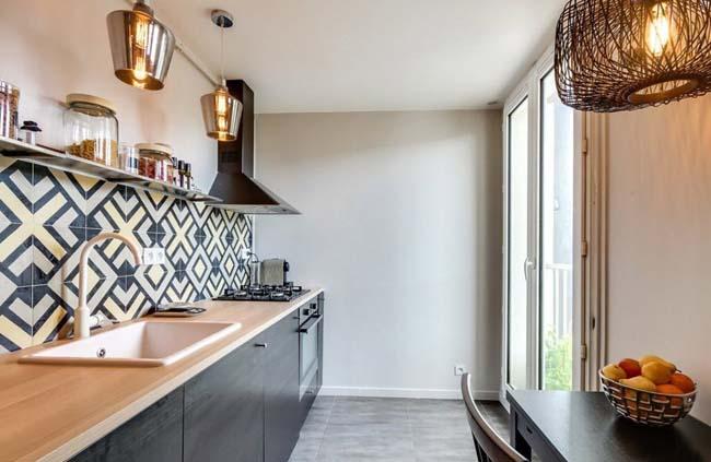 правильно подобранная плитка для фартука на кухне будет сочетаться с мебелью