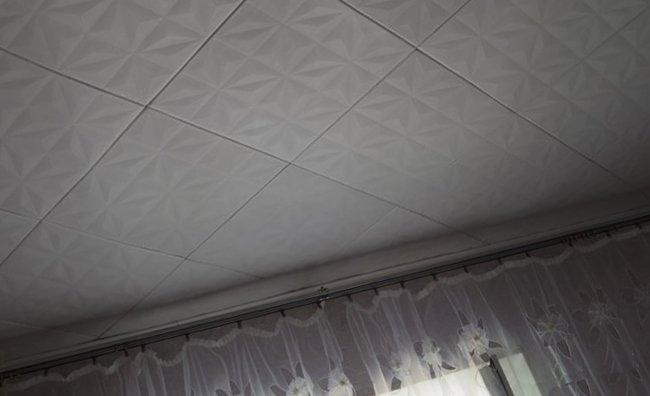 диагональная поклейка потолочной плитки преображает потолок