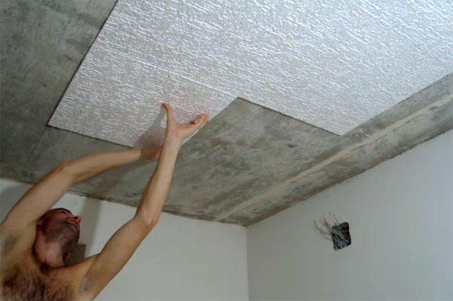 процесс наклеивания пенопластовой плитки на подготовленный потолок