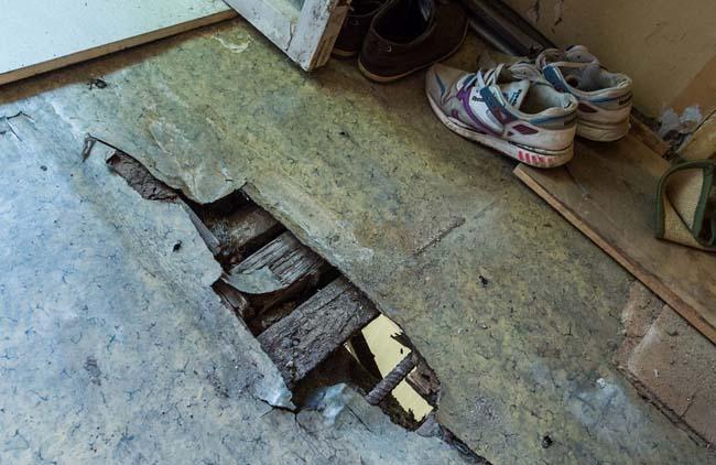 Прогнившее деревянное покрытие требует замены