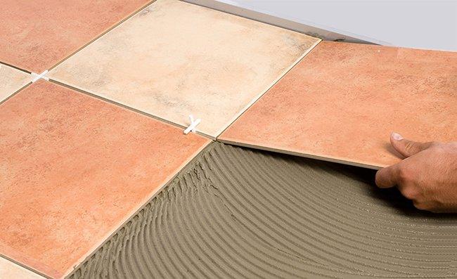 для керамической плитки и керамогранита клей разный