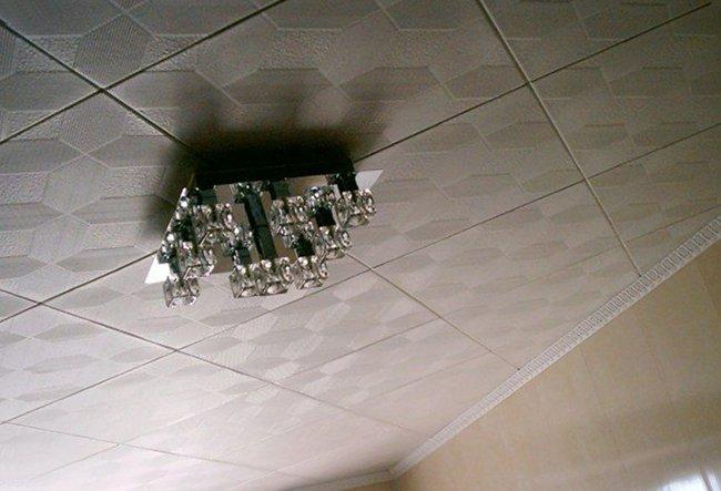 потолочная плитка клеится на потолок по диагонали без проблем