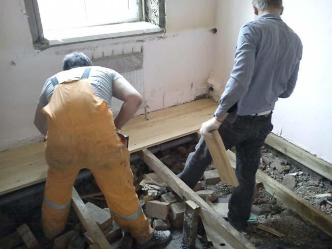 перед укладкой на деревянный пол, необходимо посчитать плотность и общий вес плитки с раствором