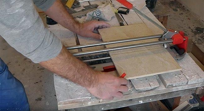 обрезка плитки ручным плиткорезом