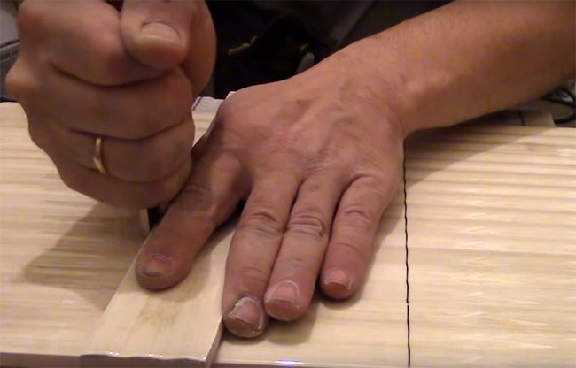чтобы резать плитку обычным стеклорезом необходима практика и умение