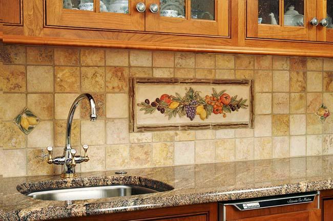 кухонный фартук из плитки с декоративным оформлением