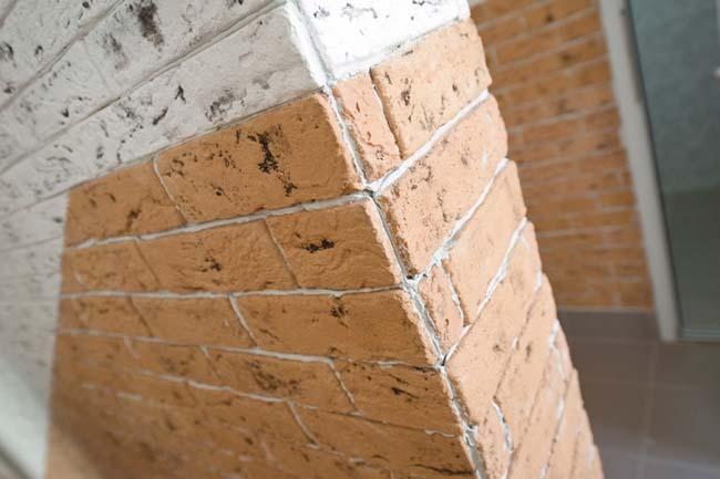 стена облицована гипсовой плиткой под кирпич
