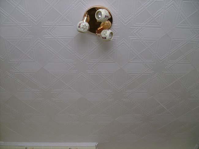плитка с рисунком требует тщательногой подготовки к оклейке потолка