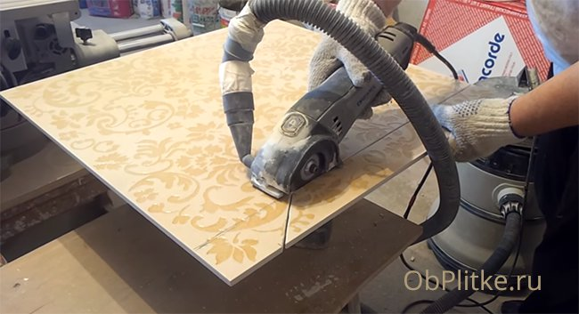 Чтобы резать плитку болгаркой нужен отрезной круг по бетону