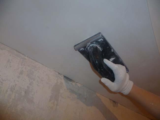 подготовка потолка, выравнивание неровностей, заделка трещин