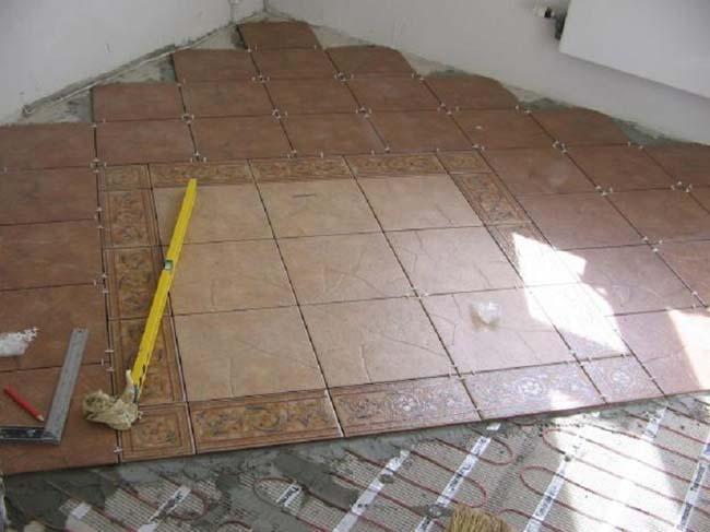 кладем плитку по размеченному полу