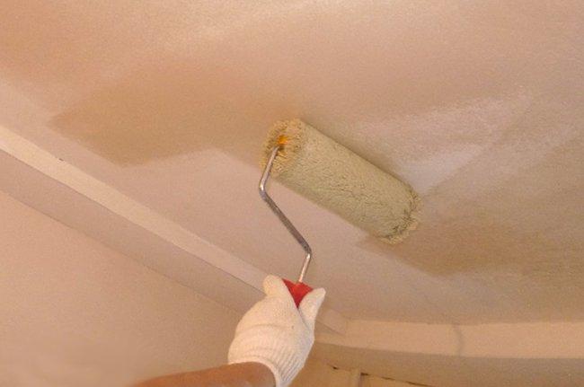 грунтуем потолок с помощью малярного валика