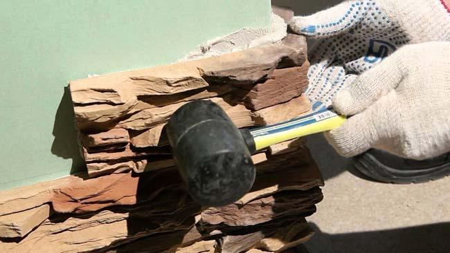 процесс облицовки стены гипсовым кирпичом