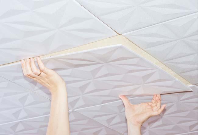 приклеиваем плитку осторожно, соблюдая пропорции рисунка
