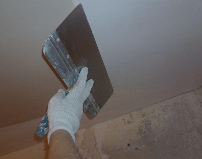 малярным шпателем выравниваем неровности на потолке