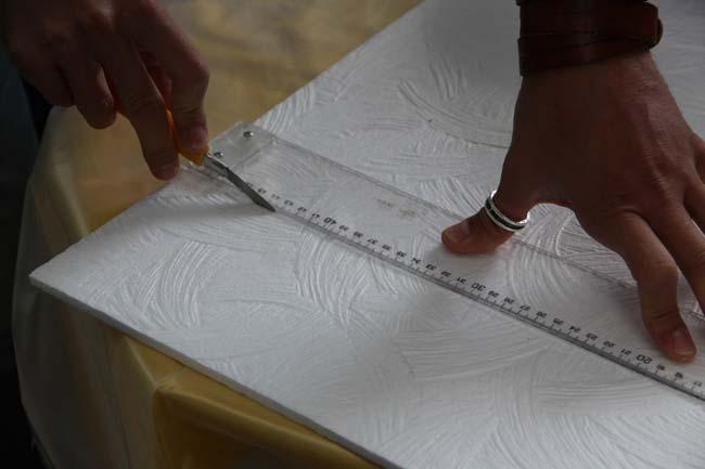 если плитка из пенопласта, она легко режется