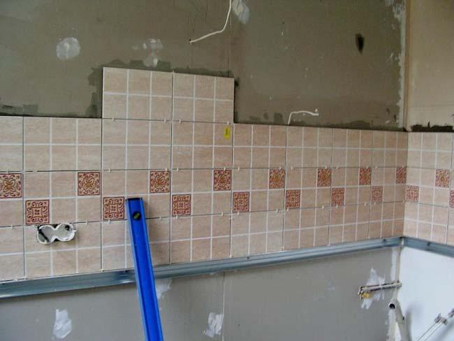 укладка фартука на стену