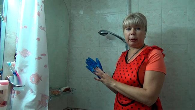 чистим кафель в ванной