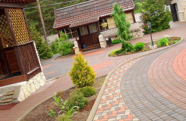 тротуарная плитка украшает двор и делает его чище