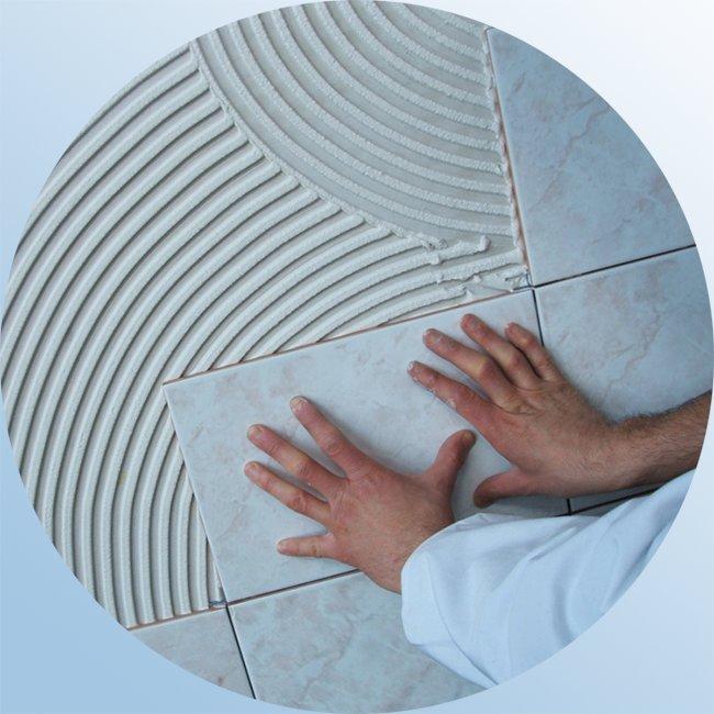 правильно подобранный клей надежно удерживает плитку на стене