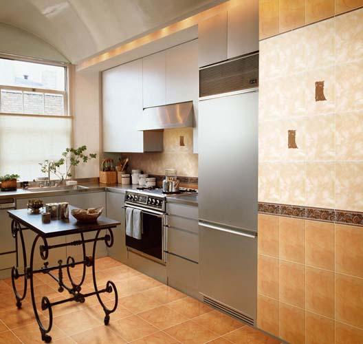 плитка на кухне в теплых тонах