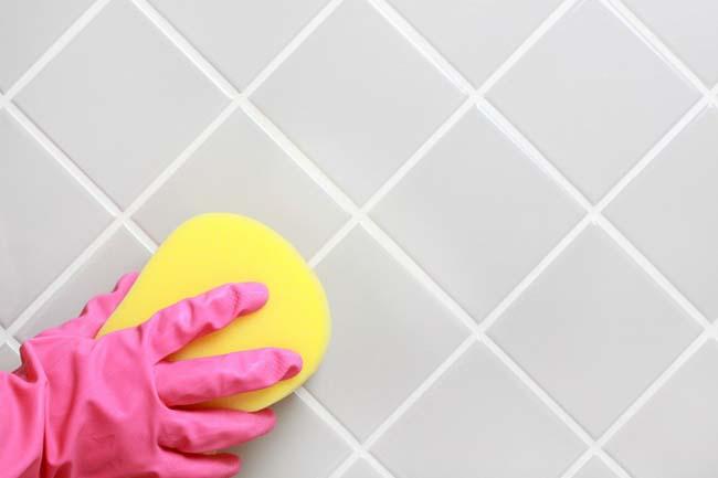 губка смоченная в лимонной кислоте хорошо очищает швы и керамику