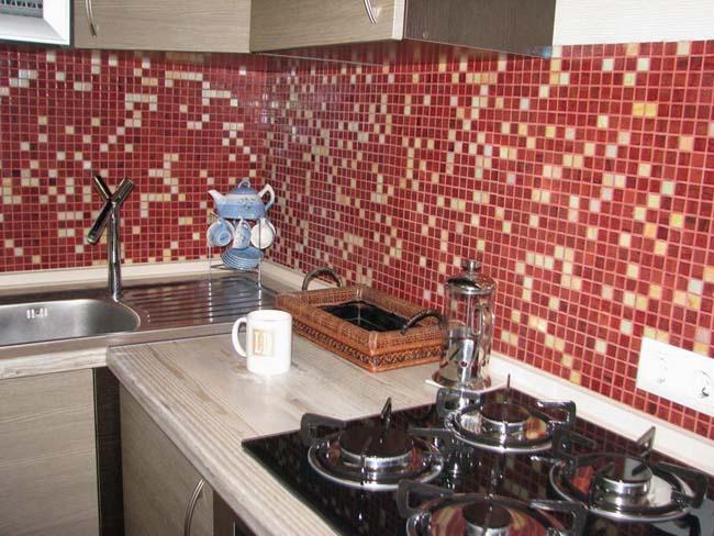 бордовый фартук из мозаики