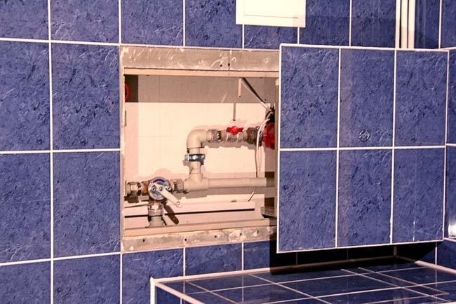 сантехнический люк удобен тем, что при открытии дает полный доступ к инженерным системам