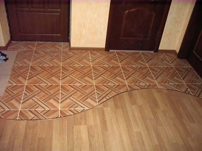 отделяем обувную зону переходом от плитки к ламинату