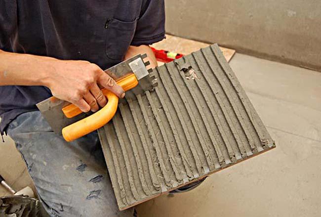хорошо подготовленная поверхность плитки уменьшает расход клея