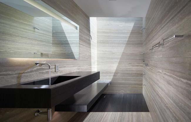 Травертином оформлены стены и пол ванной комнаты