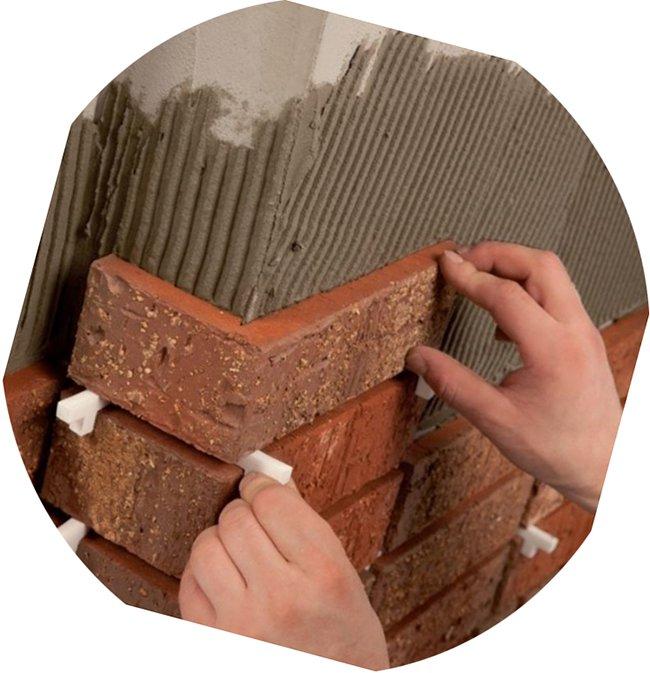 осторожно укладываем плитку особенно на углах, вставляя, где необходимо, крестики