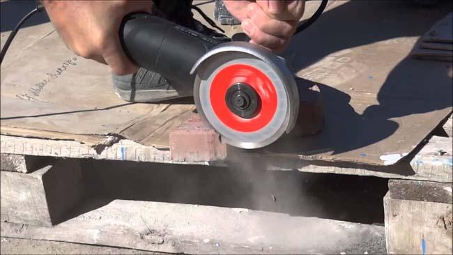 обрезаем тротуарную плитку УШМ с диском алмазного напылния