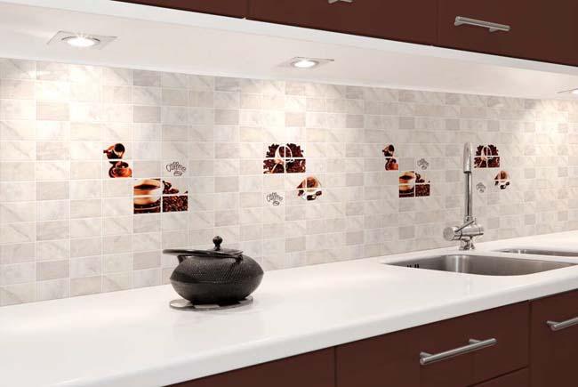белый фартук из плитки на кухне красиво смотрится