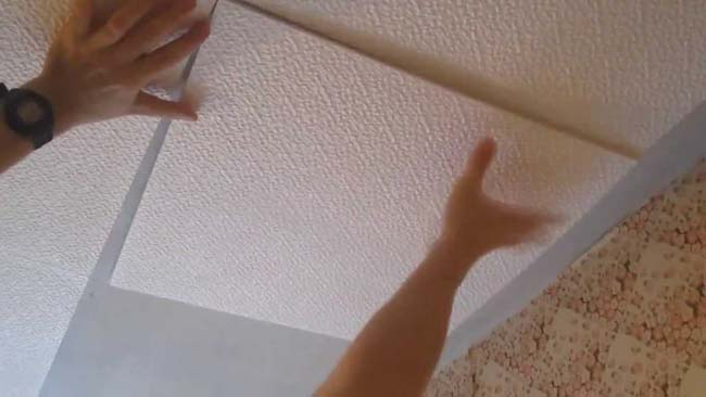с осторожность клейте плитку на неровный потолок