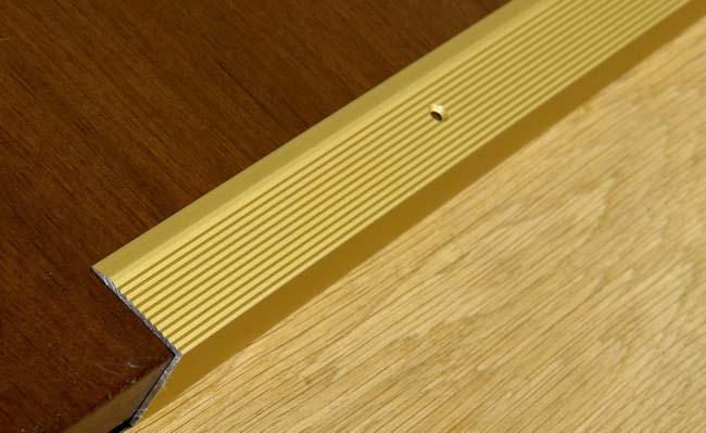 если перепад в стыках плитки высокий, его можно закрыть металлическим уголком