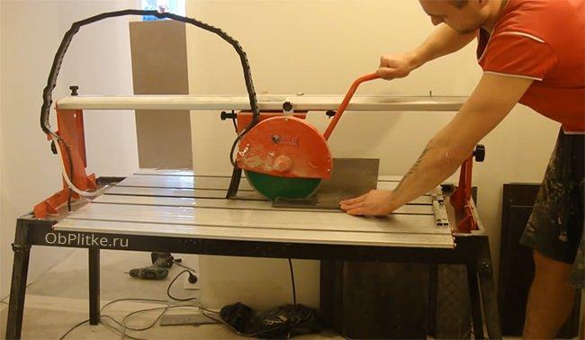 резать электрическим плиткорезом нужно с осторожностью, берегите руки