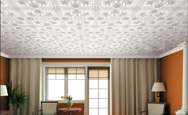 потолочная плитка в интерьере зала