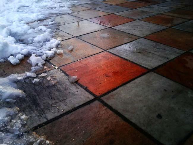 плитка на морозе в снегу