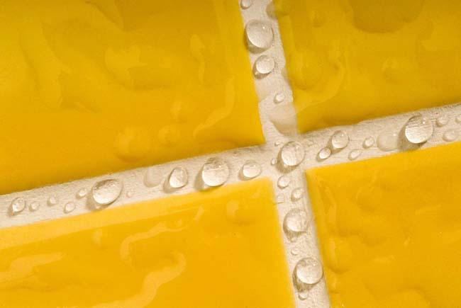 идеально расшитые швы плитки красиво смотрятся на стене