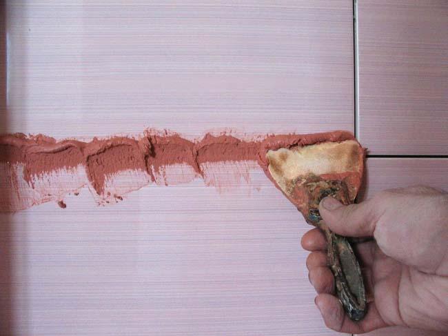 процесс расшивки швов плитки прост