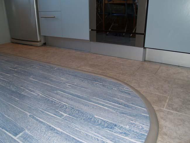 комбинация плитки и ламината на кухонном полу