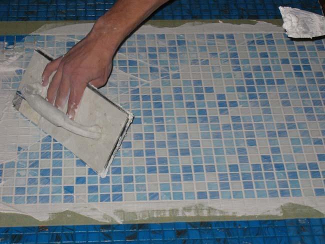 затирка швов после укладки мозаики на стол