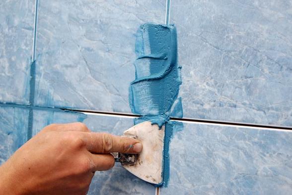 голубая затирка под цвет плитки