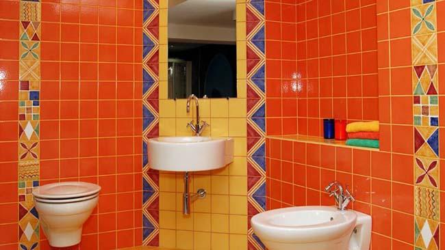 яркая плитка и затирка для ванной комнаты