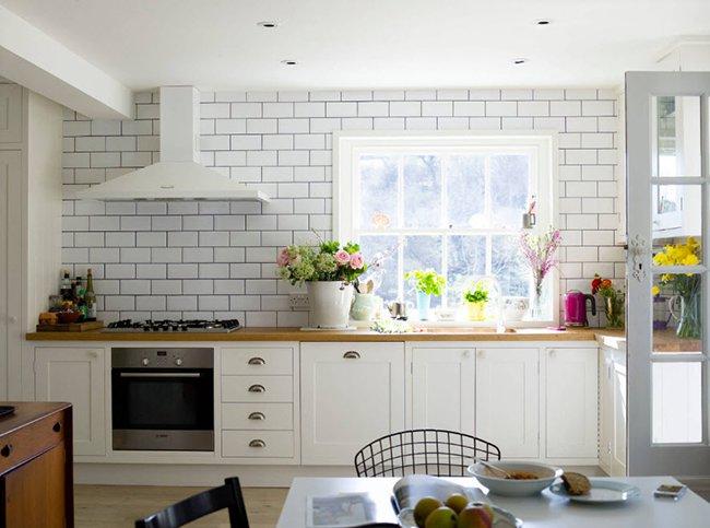 кухонный фартук в виде кирпича на стене