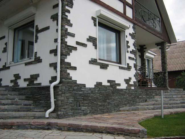 фасад дома украшен плиткой