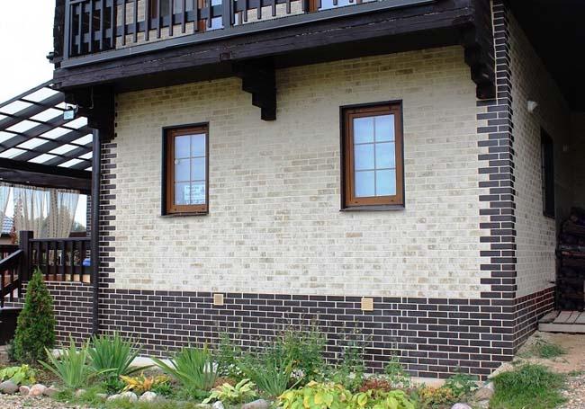 фасад здания облицован клинкерной плиткой